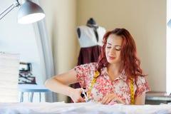 Женщина портноя на работе Стоковое Изображение