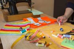 Женщина портноя работая в его магазине портноя Портной работая на студии Рука ` s женщины шьет ткань handmade руки женщины needl Стоковое Изображение