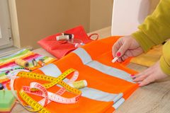 Женщина портноя работая в его магазине портноя Портной работая на студии Рука ` s женщины шьет ткань handmade руки женщины needl Стоковая Фотография RF