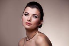 женщина портрета исключительных ювелирных изделий роскошная Стоковая Фотография