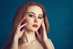 Женщина портрета конца-вверх красивая на голубой предпосылке Стоковые Фотографии RF