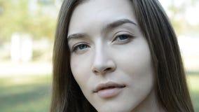 Женщина портрета красивая, взгляд камеры сток-видео