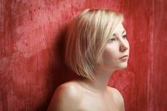 Женщина портрета красивая в платье на стене grunge Стоковая Фотография RF