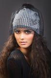 Женщина портрета красивая в серой шляпе Стоковое Изображение