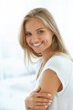 Женщина портрета красивая счастливая с белый усмехаться зубов бобра стоковая фотография rf