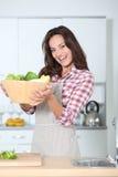 женщина портрета кухни стоковое изображение rf