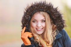 Женщина портрета милая усмехаясь в куртке с клобуком Стоковое Изображение RF
