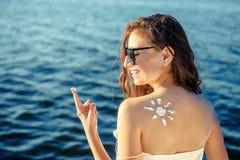 Женщина портрета на предпосылке моря Стоковая Фотография RF