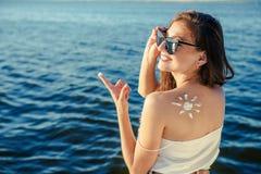 Женщина портрета на предпосылке моря Стоковая Фотография