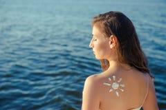 Женщина портрета на предпосылке моря Стоковые Изображения