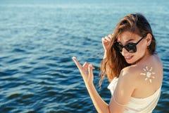 Женщина портрета на предпосылке моря Стоковое Изображение RF