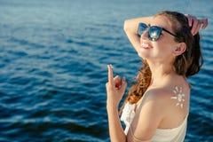 Женщина портрета на предпосылке моря Стоковые Изображения RF