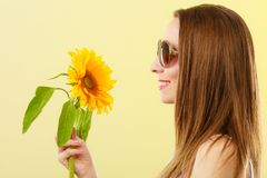 Женщина портрета привлекательная с солнцецветом Стоковые Фотографии RF