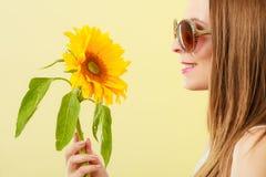 Женщина портрета привлекательная с солнцецветом Стоковая Фотография