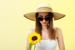Женщина портрета привлекательная с солнцецветом Стоковые Изображения RF