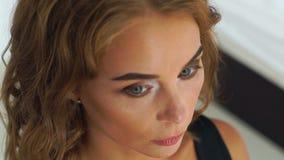 Женщина портрета привлекательная с составом моды в салоне красоты Закройте вверх по молодой женщине получая профессиональную стор акции видеоматериалы