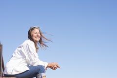 Женщина портрета радостная счастливая зрелая внешняя Стоковая Фотография