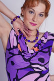 женщина портрета сирени платья Стоковые Фотографии RF
