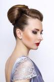 женщина портрета способа молодое модельное нося серебряное платье вечера Задняя часть прически соперничает Стоковое Изображение RF