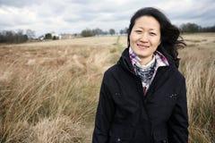 Женщина портрета сь азиатская смотря камеру Стоковое Изображение RF