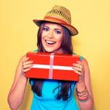 женщина портрета сь моделируйте при длинные волосы держа красный подарок b Стоковое фото RF