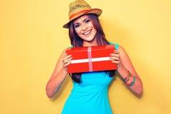 женщина портрета сь моделируйте при длинные волосы держа красный подарок b Стоковое Фото
