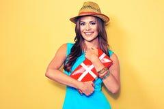 женщина портрета сь моделируйте при длинные волосы держа красный подарок b Стоковые Изображения RF