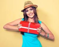 женщина портрета сь моделируйте при длинные волосы держа красный подарок b Стоковая Фотография