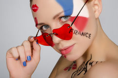 Женщина портрета с стеклами на вопросе Франции стоковое фото
