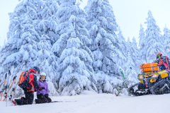 Женщина порции патруля лыжи с сломленной рукой стоковые изображения rf
