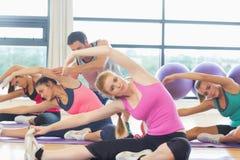 Женщина порции тренера на студии фитнеса Стоковая Фотография RF
