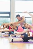 Женщина порции тренера на студии фитнеса Стоковое Фото