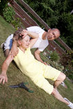 Женщина порции человека с тепловым ударом Стоковые Изображения RF