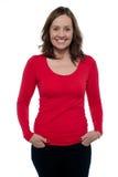 Женщина постаретая серединой в ярком красном верхе стоковая фотография rf