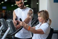 Женщина постаретая серединой работая с личным тренером Стоковое Изображение RF