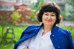 Женщина постаретая серединой среди жилых домов города Стоковые Изображения RF