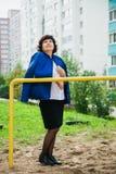 Женщина постаретая серединой среди жилых домов города Стоковые Фотографии RF