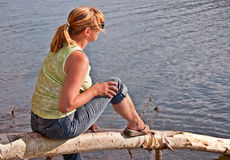 Женщина постаретая серединой ослабляя на озере Стоковая Фотография