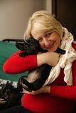 Женщина постаретая серединой с щенком Стоковые Изображения RF