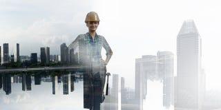 Женщина построителя против городского пейзажа стоковое фото rf