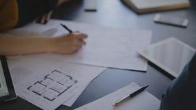 Женщина построителя архитектора и ее мужской клиент акции видеоматериалы