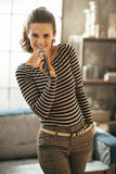 Женщина поя с микрофоном в просторной квартире Стоковое фото RF