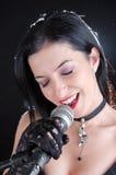 Женщина поя с микрофоном Стоковое фото RF