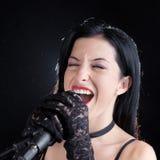 Женщина поя с микрофоном Стоковые Фото