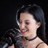 Женщина поя с микрофоном Стоковые Фотографии RF