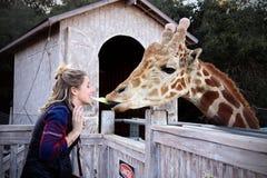 Женщина подавая салат Giraffee от рта Стоковая Фотография RF
