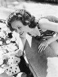 Женщина полагаясь над фонтаном с костью в воде (все показанные люди более длинные живущие и никакое имущество не существует Поста Стоковая Фотография