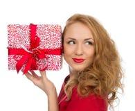 Женщина подарка рождества с обернутым протоколом доступа к хост-машине подарка на рождество smilling Стоковые Изображения