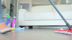 женщина пола mopping акции видеоматериалы