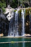Женщина под водопадом Стоковые Фотографии RF
